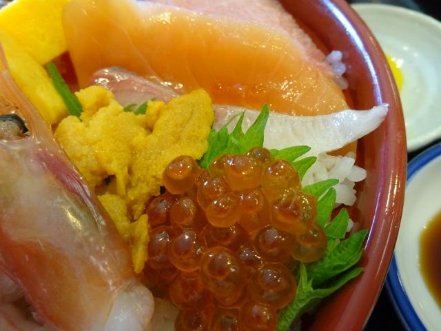 海鮮丼美味し!お刺身いっぱいだぞ。