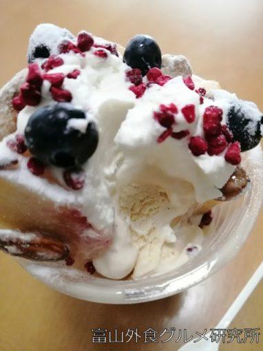 Caféトワイエの桃のガトーショコラパフェ